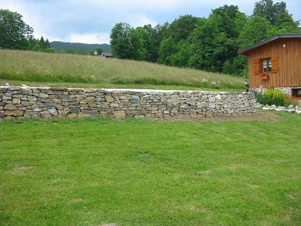 Gazon et mur en pierre en Savoie